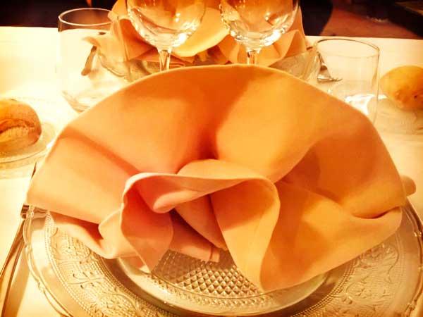 皿に美しく飾られたナプキン