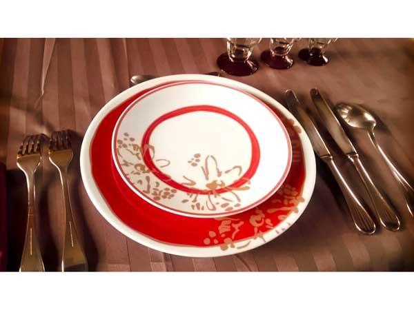 皿とカトラリーを並べたテーブル