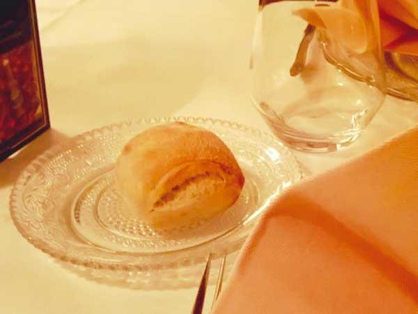 フレンチ料理で提供される小さなパン