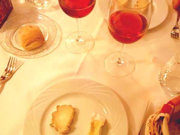 フレンチ料理でデザート前に提供される数種のチーズ