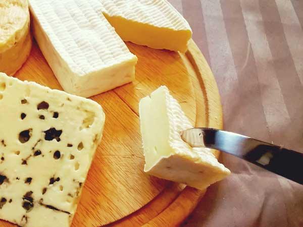 専用ナイフでチーズを取る様子