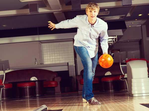 ボーリングをしている男性