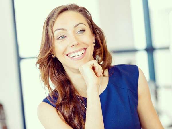 笑顔で初対面の人に話をかける女性