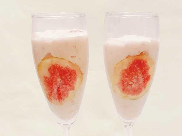 イチジクを貼ったグラスに苺フルーチェを足した状態