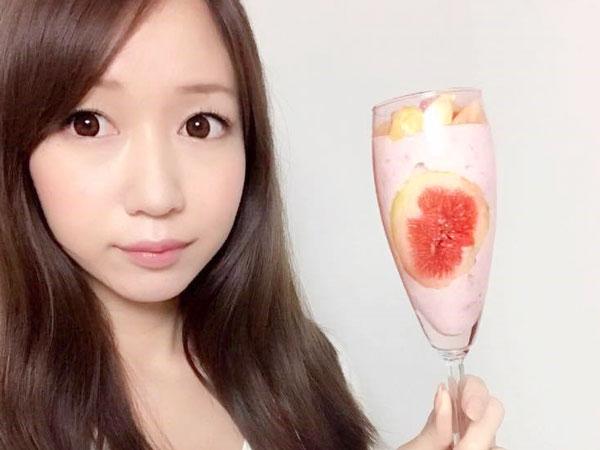 完成したフルーチェアレンジデザートを手に持つ料理研究家の伊賀るり子