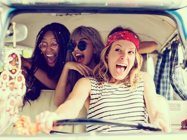 友達と楽しく遊ぶ女性