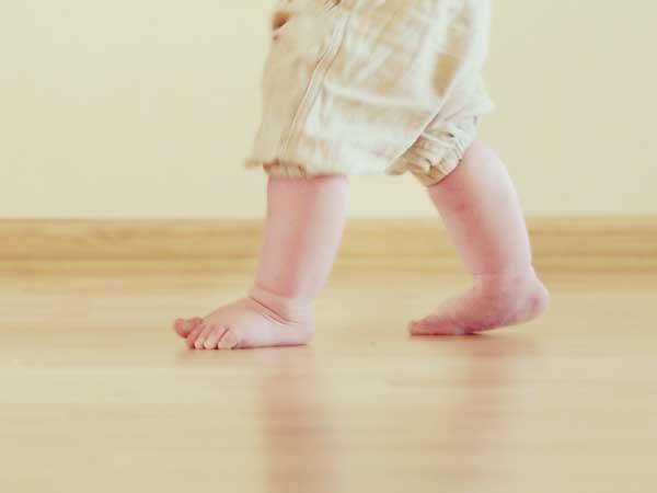 一歩を踏み出す赤ちゃんの足