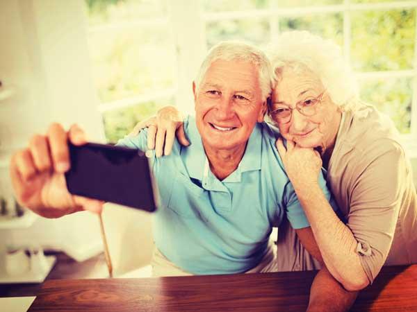 自撮りをしている老夫婦