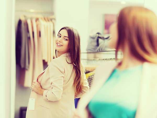 服を選ぶする女性