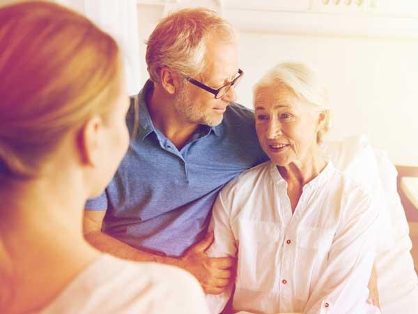 入院している家族を心配する女性