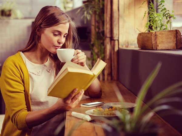 読書をしている冷静な女性