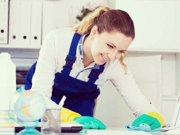 掃除をしている主婦