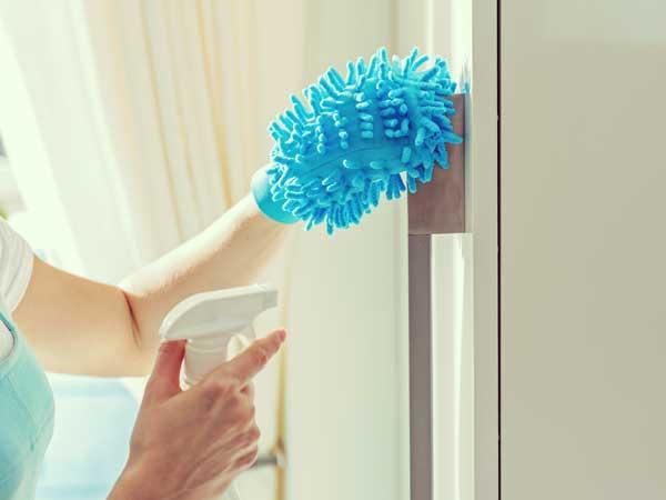 掃除をしている女性の手