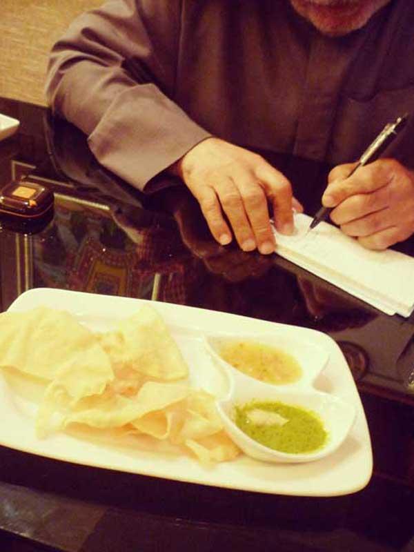 インド料理店でナンパ中の年配の男性