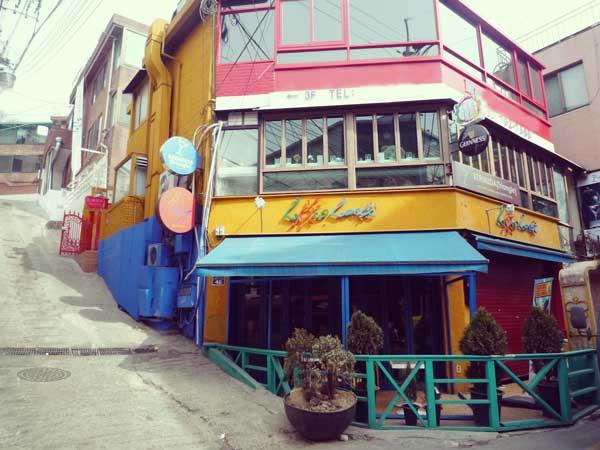 グローバルフード通りのカラフルな店