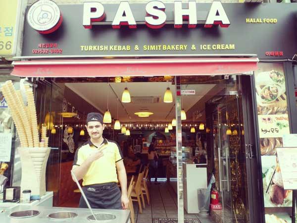 店先でピースサインをしてくれたトルコ料理屋の店員
