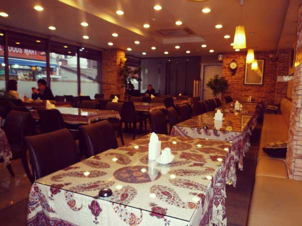 ハラールフードを扱うレストランの店内