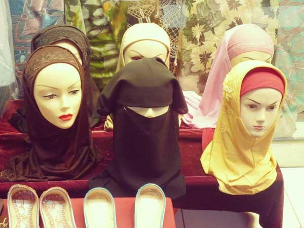 アラブ通りの店で販売しているヘジャブ