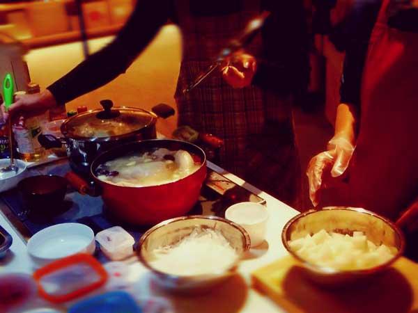 家庭で韓国料理を作っている様子