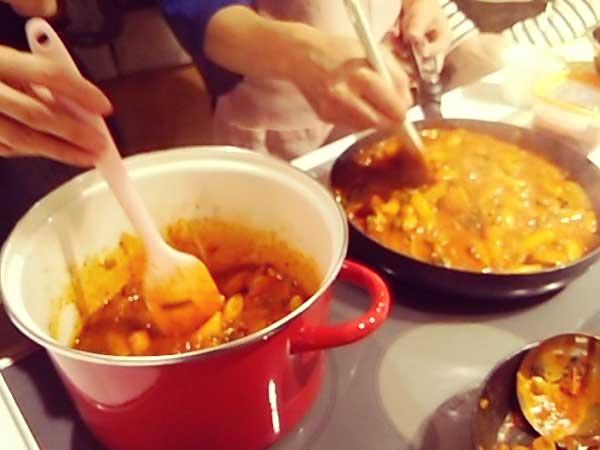 韓国料理を作っている様子