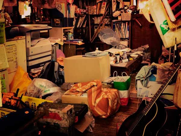 使わない物まで保管している汚い部屋