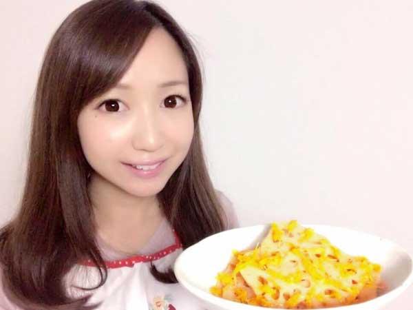 完成した菊と蓮根の柚子胡椒マリネを持つ料理研究家の伊賀るり子