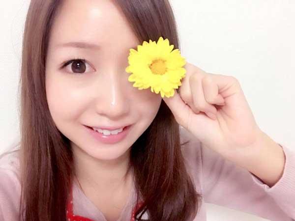 食用菊を持つ料理研究家の伊賀るり子