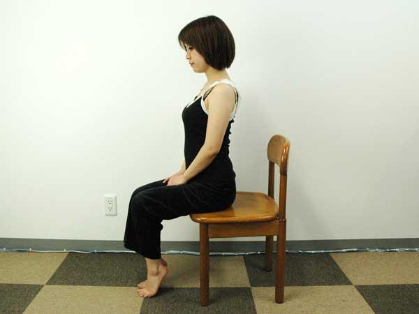 踵を上げたまま椅子に座っている状態