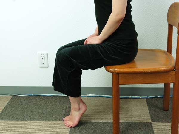 ふくらはぎ引締め効果がある爪先立ちを実践中の様子