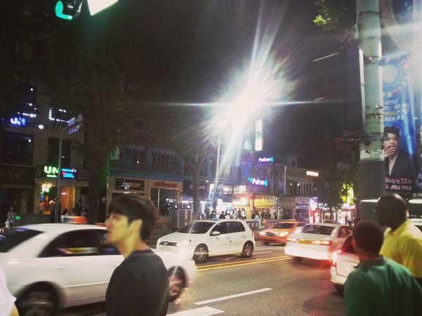 夜の梨泰院の街の様子
