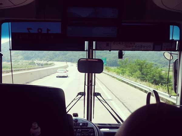 釜山行きの高速バスの車窓から見た風景