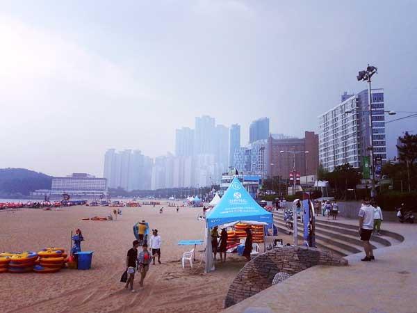 人が集っている釜山海雲台の砂浜
