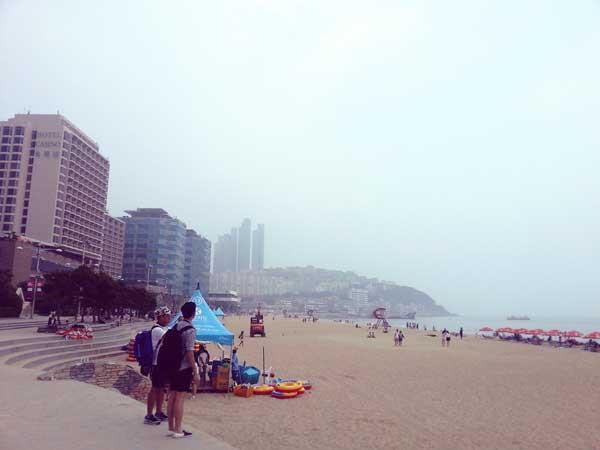 曇り空だけど人が集う海雲台の砂浜