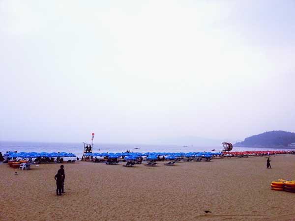 パラソル付きのデッキチェアが設置された海雲台の砂浜