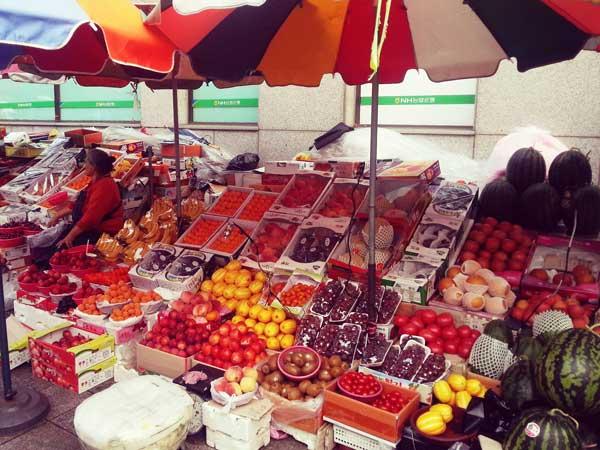 釜山チャガルチで果物を売っている露店