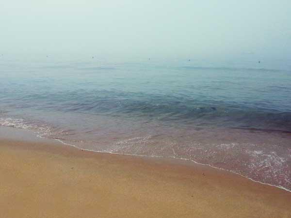 曇った日の海雲台の海