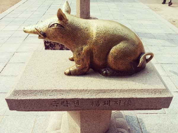 仏国寺にある触ると幸運が訪れると信じられている黄金の豚
