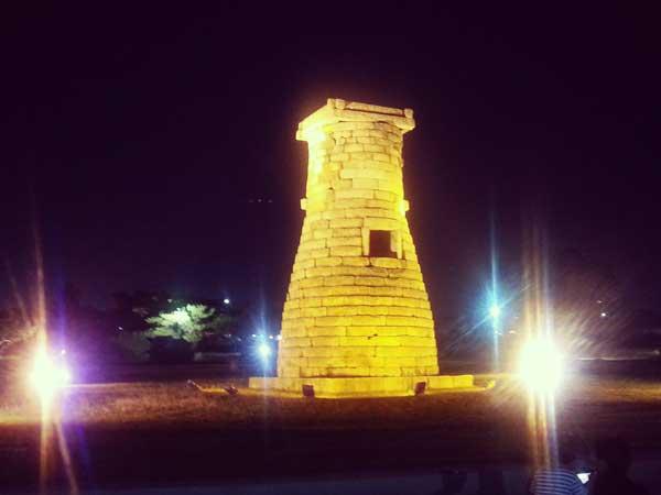 ライトアップされた慶州の歴史遺跡地区のチョムソンデ