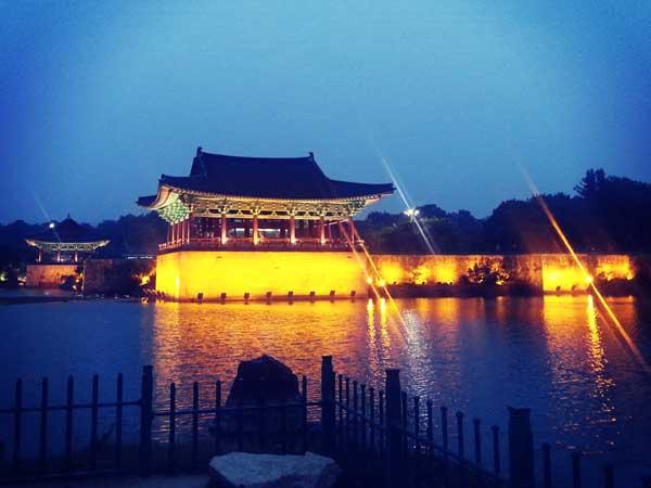 ライトアップが美しい慶州の歴史遺跡地区雁鴨池