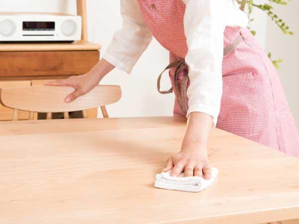 テーブルを拭き掃除する女性の手