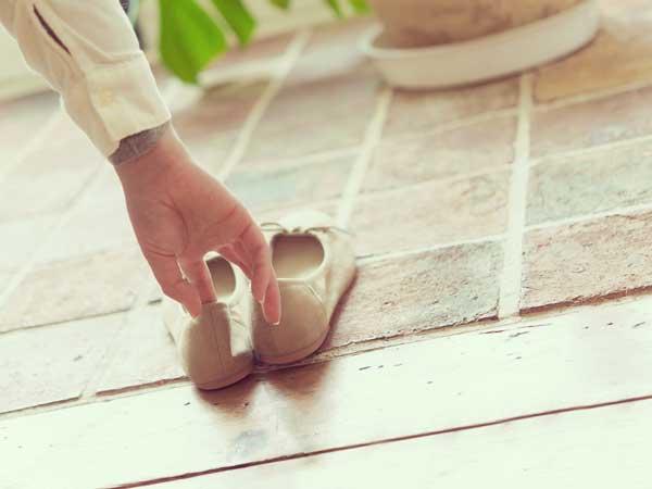 靴をそろえる女性の手