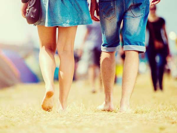 歩くカップルの足