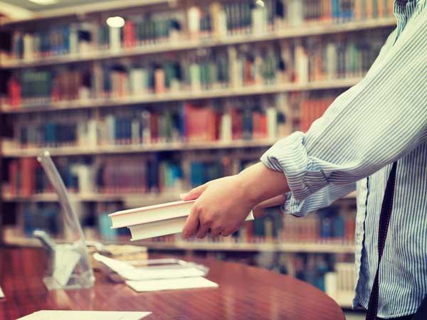 図書館で本を借りる女性