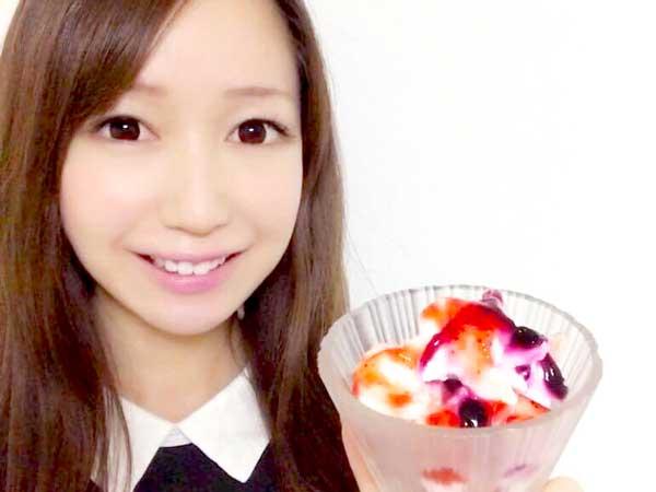 完成したヨーグルトアイスを紹介する料理研究家の伊賀るり子
