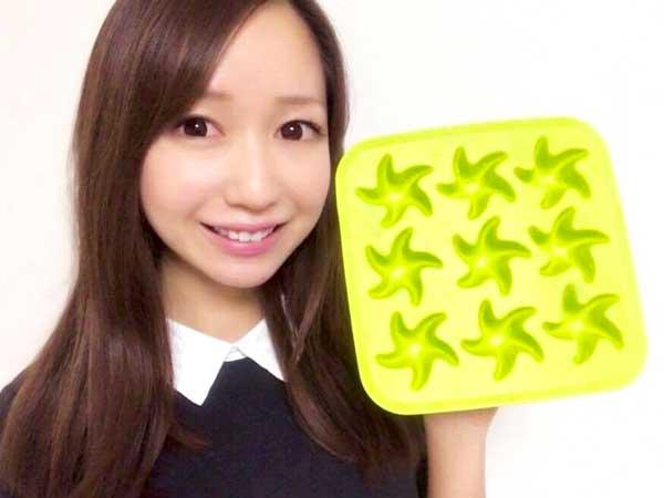 ヒトデ型の製氷機を手に持っている料理研究家の伊賀るり子