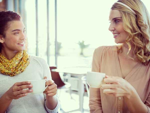カフェで会話をしている二人の女性