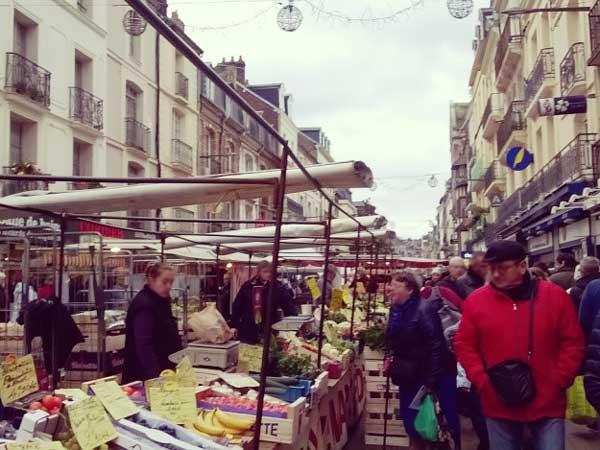 ディエップの青空市場で買い物をする人々