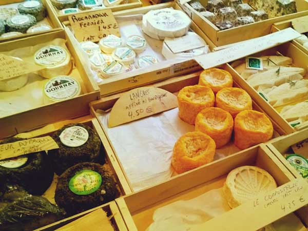 ディエップの青空市場で売られているチーズ