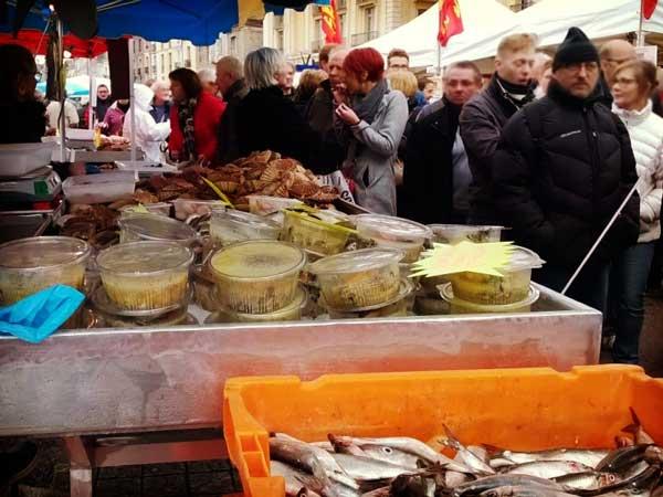 その日に獲れた新鮮魚介が並ぶディエップの青空市場
