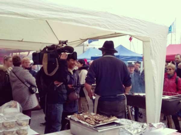 ディエップのニシンとホタテ祭りを取材しているテレビ局のクルー